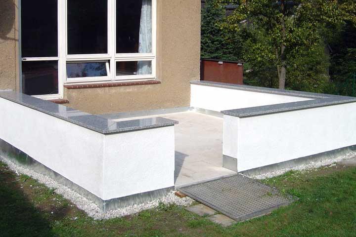 Terrassenerneuerung in Chemnitz, Abbruch des alten Terrassenbelages, Ausschachtung und Frostschutz hergestellt. Entwässerung und Verblechung, Betonwerkssteinplatten im Kiesbett  verlegt