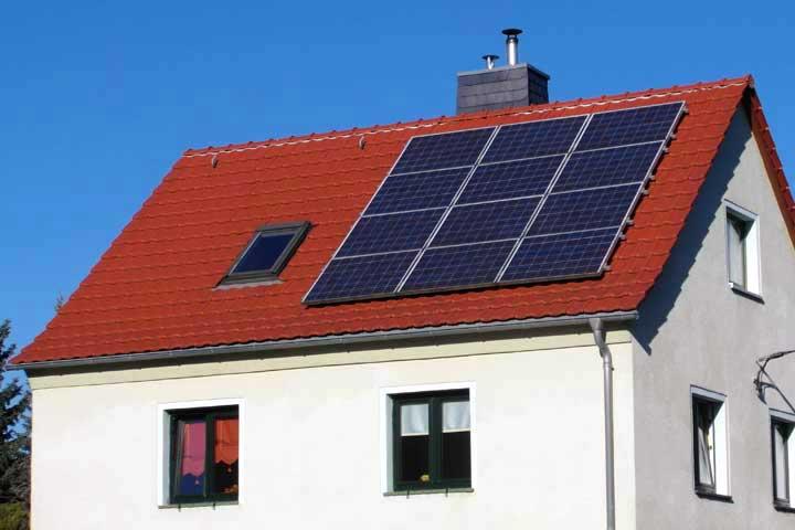 Dacheindeckung mit Tondachziegel (Rupp Topas) in Chemnitz einschließlich der Entwässerung und Verblechung