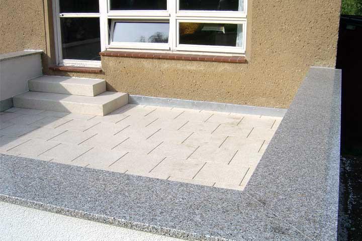 Terrassenerneuerung in Chemnitz, Abbruch des alten Terrassenbelages, Ausschachtung und Frostschutz hergestellt. Entwässerung und Verblechung,Betonwerkssteinplatten im Kiesbett  verlegt, Mauerwerk verputzt und Mauerabdeckung aus Granit  eingebaut