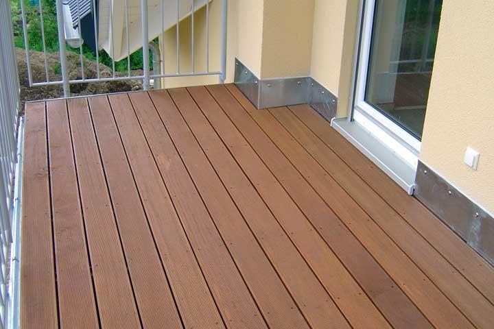 Terrassenabdichtung in Hof einschließlich Dampfsperre, Gefälledämmung, sowie Entwässerung und Verblechung